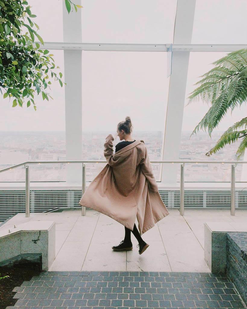 mulher com casaco